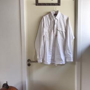 Kansas arbejdsskjorte i hvid, købt sidste sommer, men er aldrig blevet brugt. Det er en str. L, men er en stor L. Den fremstår som ny.   🛍 Sender med DAO 🛍 Køber betaler fragt 🛍 Kommer fra et IKKE ryger hjem 🛍 Tages ikke retur
