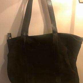 Sælger denne super fine Adax shopper taske, fremstår som ny!  Er i sort kalv skin og måler 30x44x15   Ny pris på tasken ligger omkring 1000 kroner