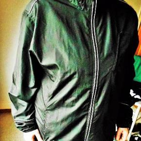 Jakke, NY Sports jakke, Master, str. XL  Ny sort sports jakke Sved absorberende 3 lynlåslukkede lommer Refleksbånd ved lynlås, skulder bagstykke og ærmer Snøre nederst på jakken og på krave Overvidde 128 cm. Længde 80 cm. Nypris 499,00 kr. Jakken er flot sort, billedfarven er desværre ikke god Porto som forsikret pakke uden omdeling  , fremme på 2-4 dage Har mobil pay