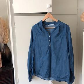 Blød og lækker skjorte med knapper foran, samt rynkeeffekt ged ærmerne. Brugt 1-2 gange <3  Yderligere: ballonærmer, mørkeblå, made in Italy, denim-inspireret
