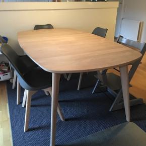 Flot spisebord fra Idemøbler sælges.Modellen hedder Amelia. Bordet er lavet af hvidolieret eg. Benene er massive og bordpladen er finér. Bordet måler: L: 180 cm, b: 103 cm og h: 76 cm. Der medfølger 2 tillægsplader, der hver måler 103 cm x 45 cm. Pladerne sættes i i midten af bordet, og der kan enten sættes 1 eller 2 i. Der er desværre kommet en rødvinsplet på den ene plade (skriv gerne for billeder af det). Bordet er købt i 2014, hvor der kostede 4800 kr. Bordet har brugsspor, men ikke nogen særlige på selve bordpladen. Kanten af bordet er lidt slidt, men det kan repareres ( se billeder). Bordet er olieret regelmæssigt. Det er muligt at komme og se bordet. Skriv gerne, hvis der ønskes flere billeder.
