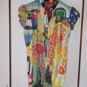 Varetype: Bluse Farve: Multi Oprindelig købspris: 499 kr.  Total lækker bluse med fine detaljer, aldrig brugt. Model navn er BLUS_LARA_B Elastik i taljen   Materiale er 100% Viskose  Mål er Længden 71 cm Brystmål 2 x 48 cm   ¤¤¤ BYTTER IKKE ¤¤¤