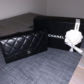 Sælger min utroligt lækre Chanel pung, sælges kun da jeg har fået ny pung Der er lidt brugsridser, som man desværre ikke kan komme udenom med denne type læder, men ingen tydelige tegn på slid, hverken på front, bagside eller i hjørner  Den er meget rummelig, og har kunne have min iPhone max med i Boks og kvittering medfølger