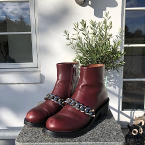 Overvejer** at sælge mine super fede støvler fra Givenchy, da jeg desværre ikke bruger dem. De har lidt skrammer på snuderne, men kan fixes! ✨
