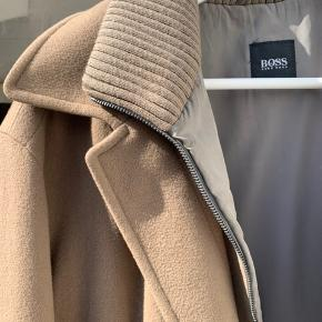 Hugo BOSS frakke af cashmere wool i størrelse L.