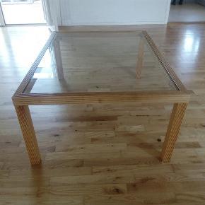 Gardint stuebord med glas i god kvalitet 120 cm lang 90 cm bred 50 cm høj  Afhentes i  Holte inden lørdag 30/8 da fraflytning, og ny overtagelse søndag