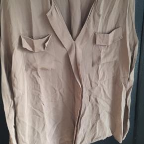 Billig silkeskjorte. Der er nogle trådudtræk på lommen, og et lille hul ved skulderen se billeder. Standen er slidt derfor prisen