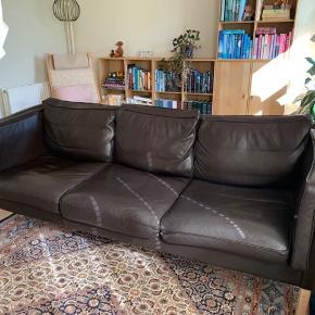 Flot lædersofa fra røgfrit hjem. Ny pris ( så vidt vi husker) ca. 8000kr. Sofaen er i rigtig pæn stand. Der er naturfyld i alle hynder. Kom gerne med et bud!