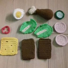 Lille hæklet madpakke til legekøkken. Hjemmelavet og aldrig brugt. Kan hentes i Nibe for 49kr eller sendes på købers regning.