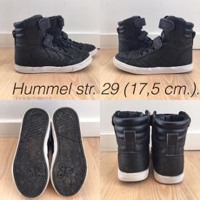 Super fine Hummel støvler med glimmer i str. 29 (17,5 cm.). De er brugt, men ikke meget. 140 kr. incl. porto med DAO. Handler via MobilePay.