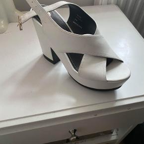 Hvide plateau sandaler fra River Island. Skoene har nogle år på bagen, men er aldrig brugt, da de ikke var lige mig alligevel,