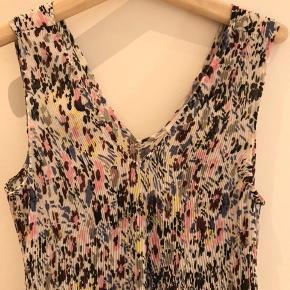 Helt ny Ganni kjole, str. 40, aldrig brugt, da den er købt i forkert str. Super fin både som den er og med en t-shirt under.
