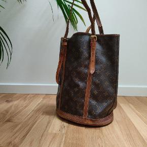 Louis Vuitton monogram bucket bag♥️ Nypris 5000kr  Pæn vintage stand remme slidte kan skiftes ❣️ Mål 40×35♥️
