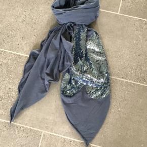 Super fedt tørklæde i Jersey fra Tankestrejf.. det er bare så super super lækkert og mega blødt.. fed detalje.. Bytter ikke!