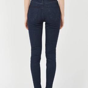 """højtaljede sorte mile high super skinny Levi's jeans som jeg sælger da jeg har tabt mig og de nu sidder alt for løst til at være """"super skinny"""" 😆 str 27/30 ❤️"""