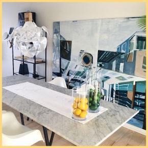 Det smukkeste store spisebord. Bordet består af sorte Hay Loop ben og en hvid firkantet plade i ægte marmor, importeret fra en marmorfabrik i Italien. Bordet er i så fin stand kun med enkelte småfejl. Bordet er løbende blevet plejet, og marmorplejemiddel medfølger.   Bredde: 100 cm Længde: 250 cm Højde: 75 cm  Køber står for alt transport. Skal afhentes i København V. Sælges kun hvis rette pris opnåes :-)