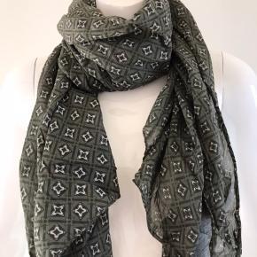 Lækkert og let tørklæde 🤩 Blanding af bomuld og silke. Måler 50 x 150 cm.  Farven er mørkegrøn/ armygrøn Kan sættes på mange gode måder pga. Størrelsen😊