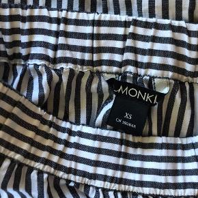 Grå-stribet nederdel fra Monki i lækkert bomuld. Aldrig brugt 🌷