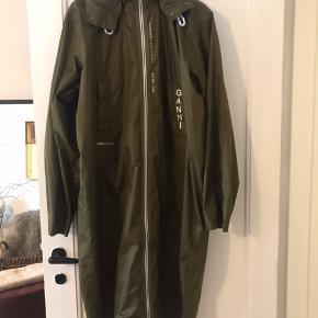 Den fedeste regnjakke - perfekt til tasken og til at smide over læderjakke etc i regnvejr da den tynd og 100% super vandtæt.  Virkelig fed.  Bytter ikke og prisen er fast tak.