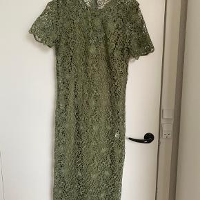 Rigtig flot grøn blondekjole fra Zara købt i London. Kjolen har separat underkjole  Nypris 600kr