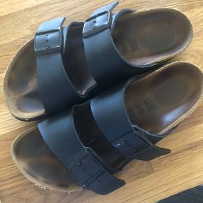 Brugt ca 5 gange, fremstår derfor næsten som nye. Lidt slitage på en rem på den ene sko, som kan ses på billedet.