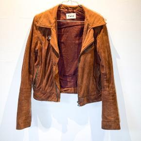 Det er med dyb sorg, at jeg må sælge min absolutte yndlingsjakke. Nemlig min rustrøde ruskindsjakke fra Ganni. I det blødeste skind, og med den fedeste farve. Jeg har aldrig fået så mange komplimenter for en jakke, som jeg har med denne.  Ny pris 2999,- Størrelse small. Sælges til 1500,-