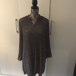 Flot kjole fra Lacony  Bruges af s- lille large  Flotte placeringer og vidde i ærmerne