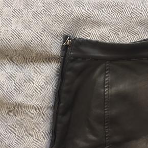 Sort pleather mini-skirt fra H&M. Den er i super fin stand, og har været uberørt i et år.