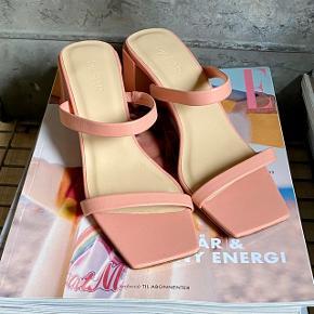 Super fine sandaler m. lille hæl fra By far.   Aldrig brugt, da jeg desværre ikke kan passe dem.  Skriv gerne hvis du har et spørgsmål eller et bud 😊  Se også gerne mine andre annoncer 🧡
