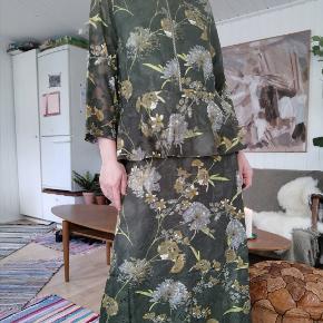 Smuk kjole i den flottest grønne forårs farve med blomster print og flæse detaljer. Kjolen er en str. Small. Nypris 900