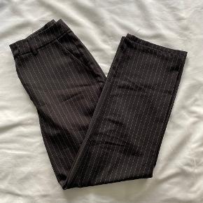 Sort stribede bukser fra NA-KD x Astrid Olse n ✨  Har et meget loose fit om benene & falder pænt over ens sko ✨  Jeg er 155 cm.   NB: Prisen er fast & eksl. fragten.  Tager derfor ikke i mod bud.