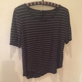 Mørkeblå med hvide striberLav din egen tøjpakke, 10 dele for 100kr, ellers er det nuværende pris der gælder