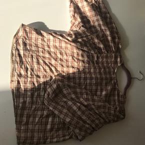 En smuk bluse i brun/røde nuancer.  - Blusen har store flotte pufærmer som stopper ved albuen!