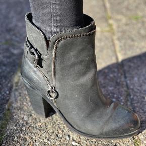 Lækre skind støvler med fede lynlås detaljer, slid under forfoden men ellers super fine, Byd, der gives mængde rabat :)