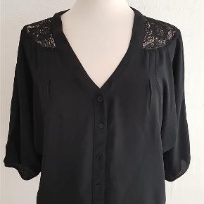 Fin sort bluse/skjorte str. S med søde blonder ved nakken. Sender gerne. Fragtpris med Dao 38 kr. Se også mine andre annoncer :)  Bluse Farve: Sort