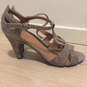 Sandaler med præget skind.