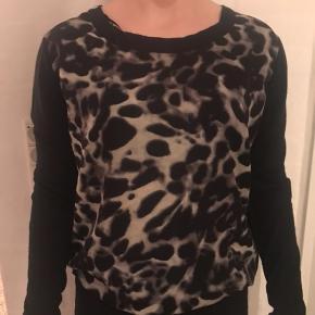 Sød trøje med dyreprint fra Selected Female, der næsten ikke er brugt.