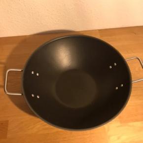 Eva Trio / EvaTrio Dura Line Wok-pande  Kan bruges på alle varmekilder  Materiale: Slip-let belægning, rustfrit stål, aluminium   Rummer 5 L Diameter 32 cm  Nypris 850kr. - og brugt få gange.