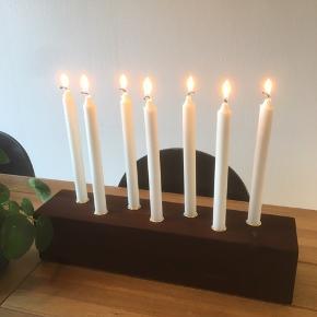 Håndlavede lysestager Kastanjefarvet bejset med messingholder Til 4 lys, mål 46 x11,5 x11,5 , 165 kr Til 7 lys, mål 51 x 11,5 x 11,5 cm. 195 kr