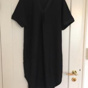 Fin oversize kjole i lige model. Super fed over et par leggings, strømper eller bare ben. Polyestermix. Sælger den også i bluse.