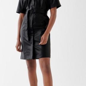 Sælger denne smukke kjole fra gina Tricot, da jeg desværre ikke får den brugt. Det er en størrelse 42, men kan passes af alle størrelse da der er bindebånd med (jeg er normalt selv en s/m) skriv for flere billeder eller spørgsmål.  Stadig med prismærke :)
