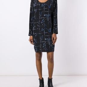 """Oversize silke """"Carla"""" dress i Aviary print fra Stine Goya 🌸   Str XS/S 91% silke 9% spandex  Nypris 2400,-   Ingen byt og prisen er fast 👍😊"""