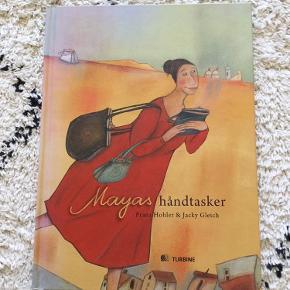 """""""Mayas håndtasker"""" af Franz Hohler og illustreret af Jacky Gleich. Hardback. 55 sider. Fra 5 år. Standen er ny og ulæst.  Nypris 309,95-  Sender gerne.  Tekst fra forhandler: """"Et sanseligt eventyr fra Orienten: Mayas håndtasker  I en halvkedelig by på et halvkedeligt kontor arbejder Maya. En dag går Maya ned i varehuset for at købe sig en orientalsk kogebog. Kogebøgerne er udsolgt, men i stedet køber hun en gammel, slidt håndtaske, der dufter svagt af noget ukendt. Er det kamelhår? Daddelblomster? Eller er det røgelseskorn?  I håndtasken finder Maya et lille spejl, men til sin store overraskelse, er det ikke sit eget ansigt, hun ser i spejlet, men en anden kvindes.  Hej, siger kvinden. Jeg hedder Sumaya. Jeg hjælper dig med at lave mad.  De små håndtasker bringer Østens mystik og forførende dufte ind i Mayas almindelige liv, og langsomt opdager Maya de små håndtaskers hemmelighed, der bl.a. byder på en fortryllet prins i et slot langt borte ..."""""""