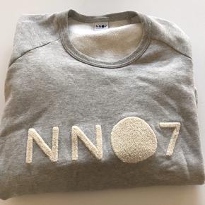 Lækker og blød sweatshirt fra NN07 Str L 100 % bomuld.  Brugt få gange.  Er som ny.  Nypris 899,00.