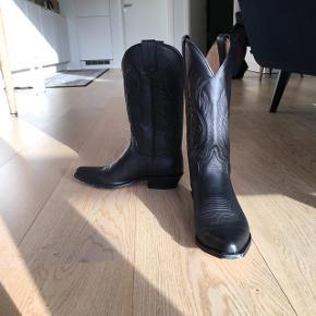 Lækre læderstøvler fra Sendra, købt i lædersmeden for 2000kr. Brugt 2 gange Bytter ikke