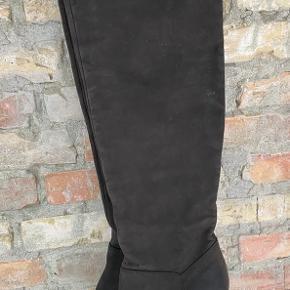 Cool overknee støvler i det blødeste skind. Støvlerne har lynlås på indersiden. Prisen er pp og ts.
