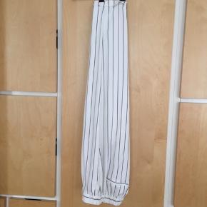 Meget dejlige bukser i polyester og elasthan . Jeg sælger fordi jeg har et par i sort som jeg bruger meget.