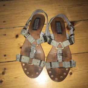 Sandaler. Er godt brugt og derfor lidt beskidte, men ellers i fin stand.