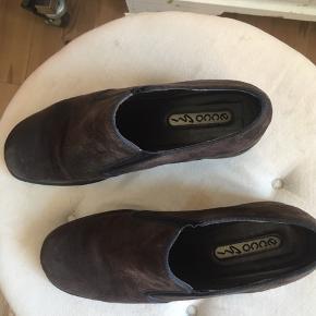 Søde sko med hæl fra ecco i blødt, ruskindslignende materiale - rigtig behagelige at gå i 💘🌷 passer en 38-39