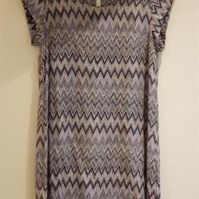 Varetype: kjole Farve: Multi Oprindelig købspris: 400 kr.   Aldrig brugt men er vasket i neutral vaskemiddel. Ingen dyr og ingen røg. Sender med pakkepost  Rydder op her i juli og giver til velgørenhed så en del af mine annoncer lukkes hvis ikke solgt